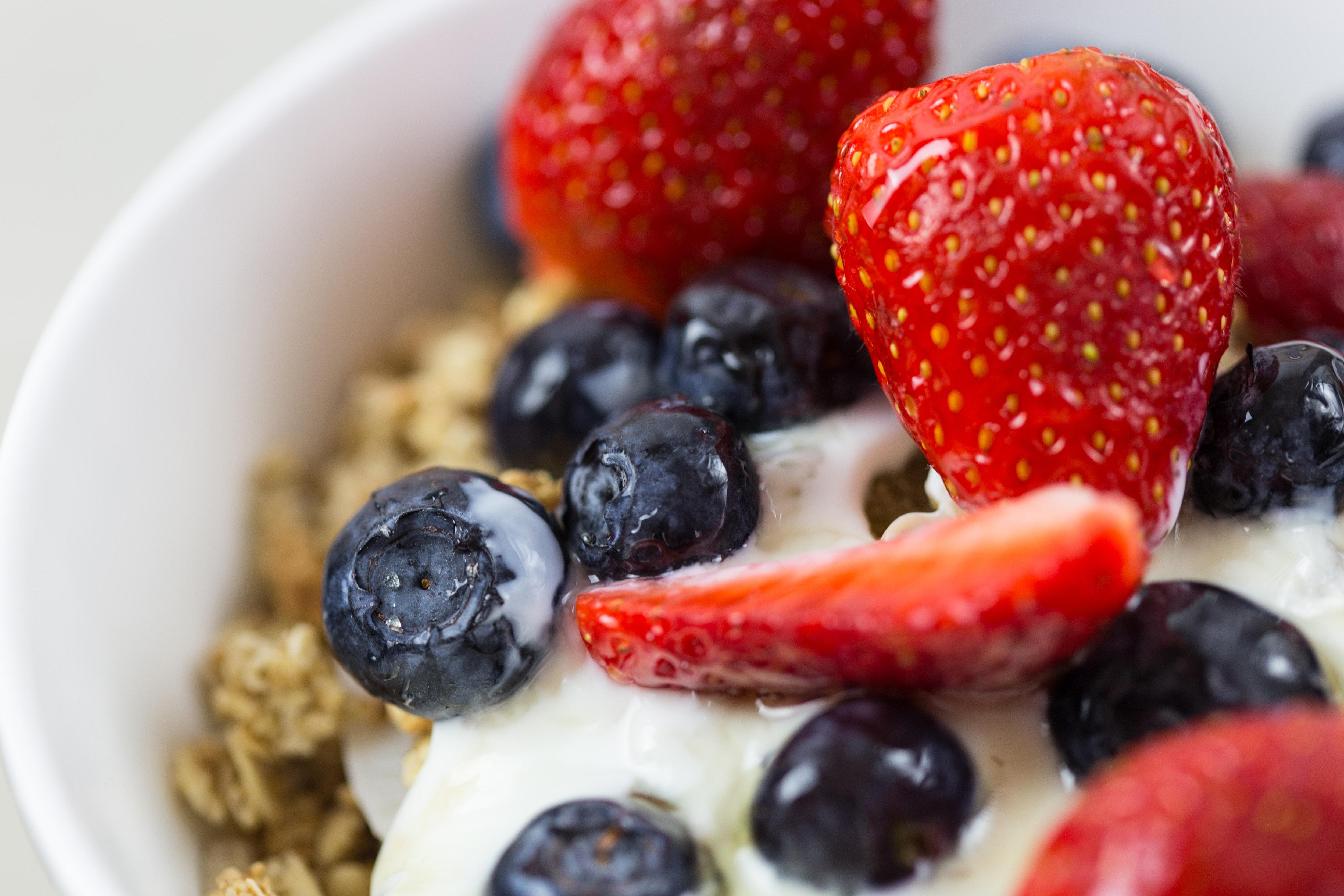 Yogurt con cereales y frutas
